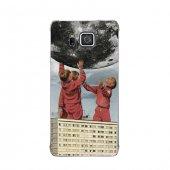 Samsung Alpha Kılıf Dünyayı Durdurmaya Çalışan Gençler Desenli Kılıf